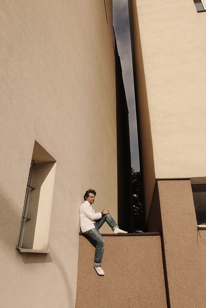 01. Etgar Keret in front of the gap, where Keret House will be, by Igor Omulecki, ©Polish Modern Art Foundation (Copy)