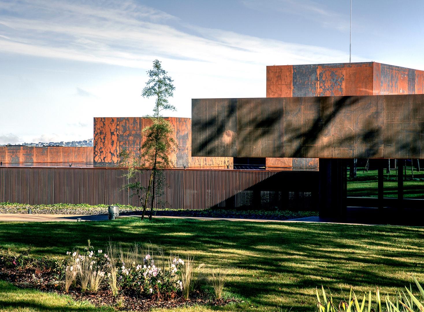 Soulages Museum: vista hacia la entrada que muestra el diálogo entre las partes del edificio y el acero Cor-Ten.