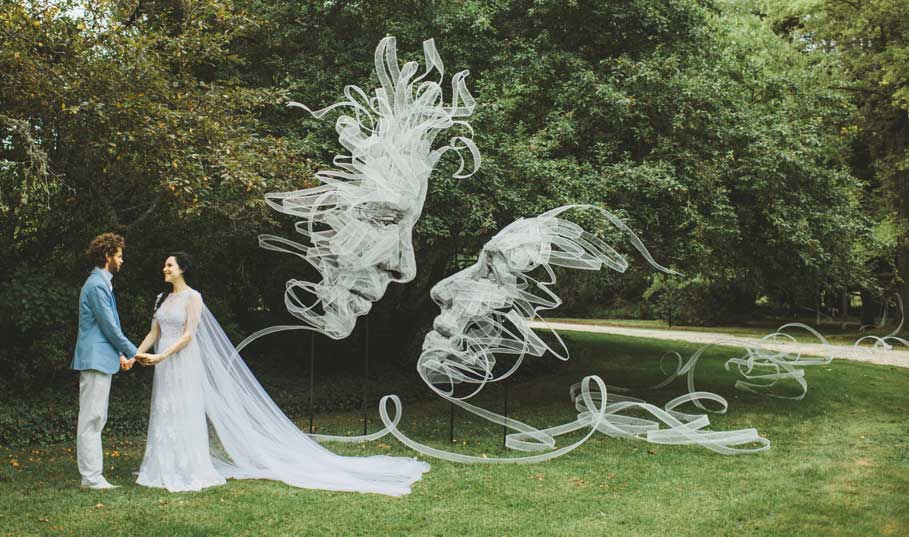 17.Entwined-Wire-mesh-Ribbon-Sculpture-by-Benjamin-Shine-photo-by-Lilli-Waters-