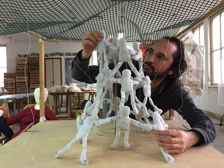 Gaspar Libedinsky - retrato taller actual con maqueta Monumento al hombre comun- foto gaspar libedinsky (Copy)