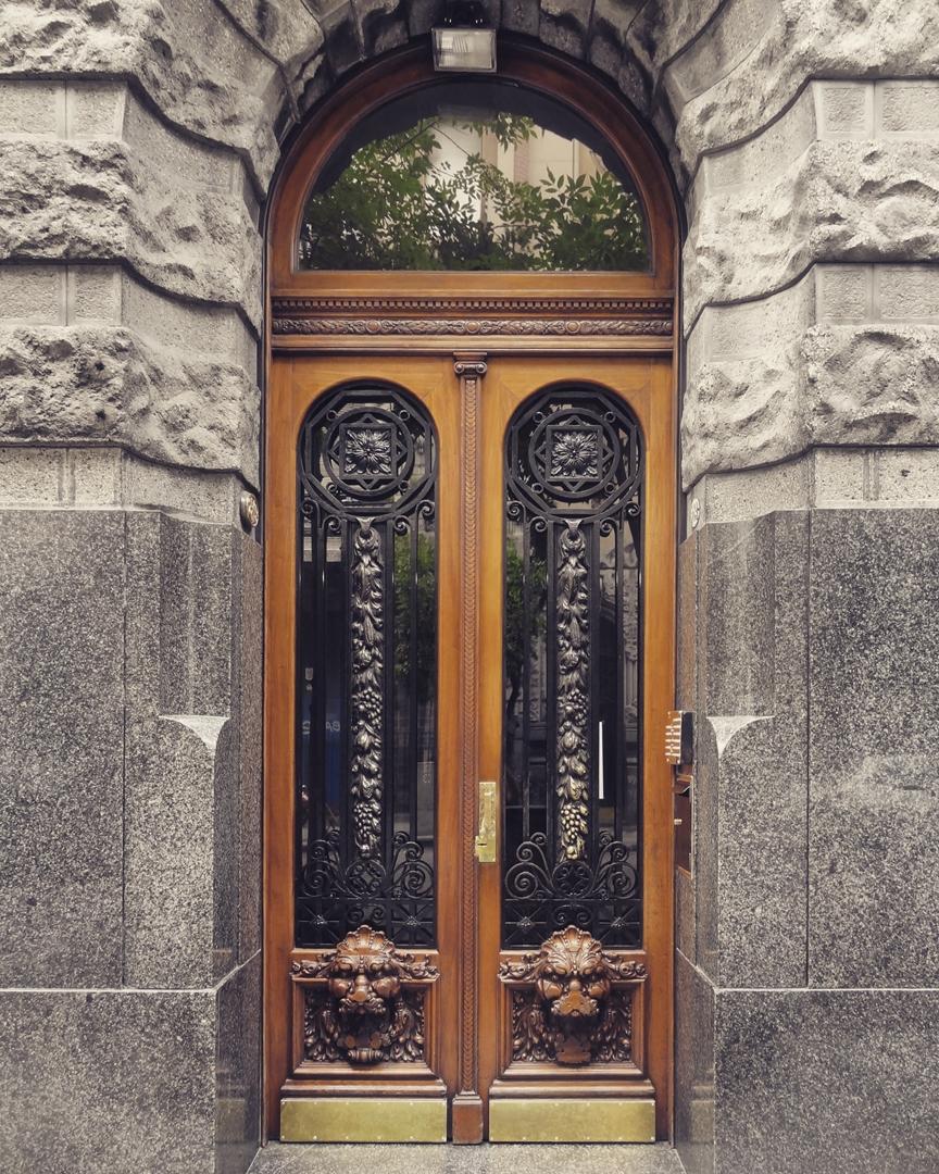 Edificio de viviendas - Arq. Virginio Colombo (1923). Balvanera, Ciudad Autónoma de Buenos Aires. @argenpuertas