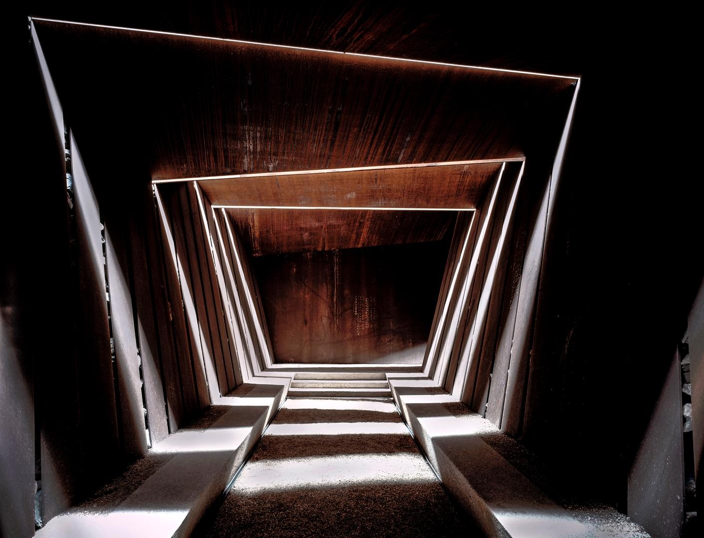 Vista del interior de la bodega Bell-Lloc hacia la sala de degustación. El diseño permite que el aire, la luz y la lluvia entren y creen sombras siempre cambiantes.