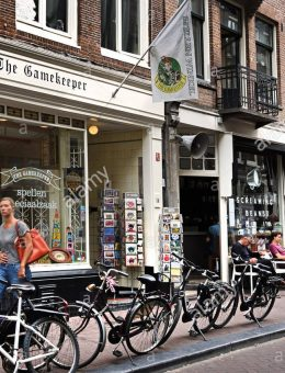 people-shopping-small-bars-fashion-shops-de-negen-straatjes-nine-little-F4JRF7