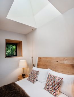 9craftycamping-thewoodsmanstreehouse-bedroom-rooflight (Copy)
