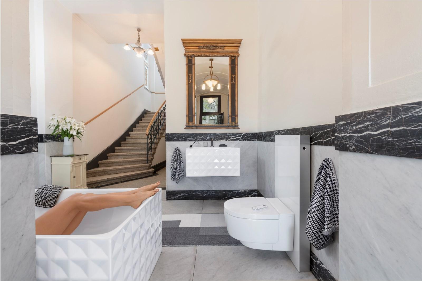 Confort de aspecto llamativo: la línea BetteLoft Ornament está disponible como bañera independiente y un lavabo montado en la pared, ya sea con estampado de una o cuatro filas.  (Foto: far.design; Koelnmesse)