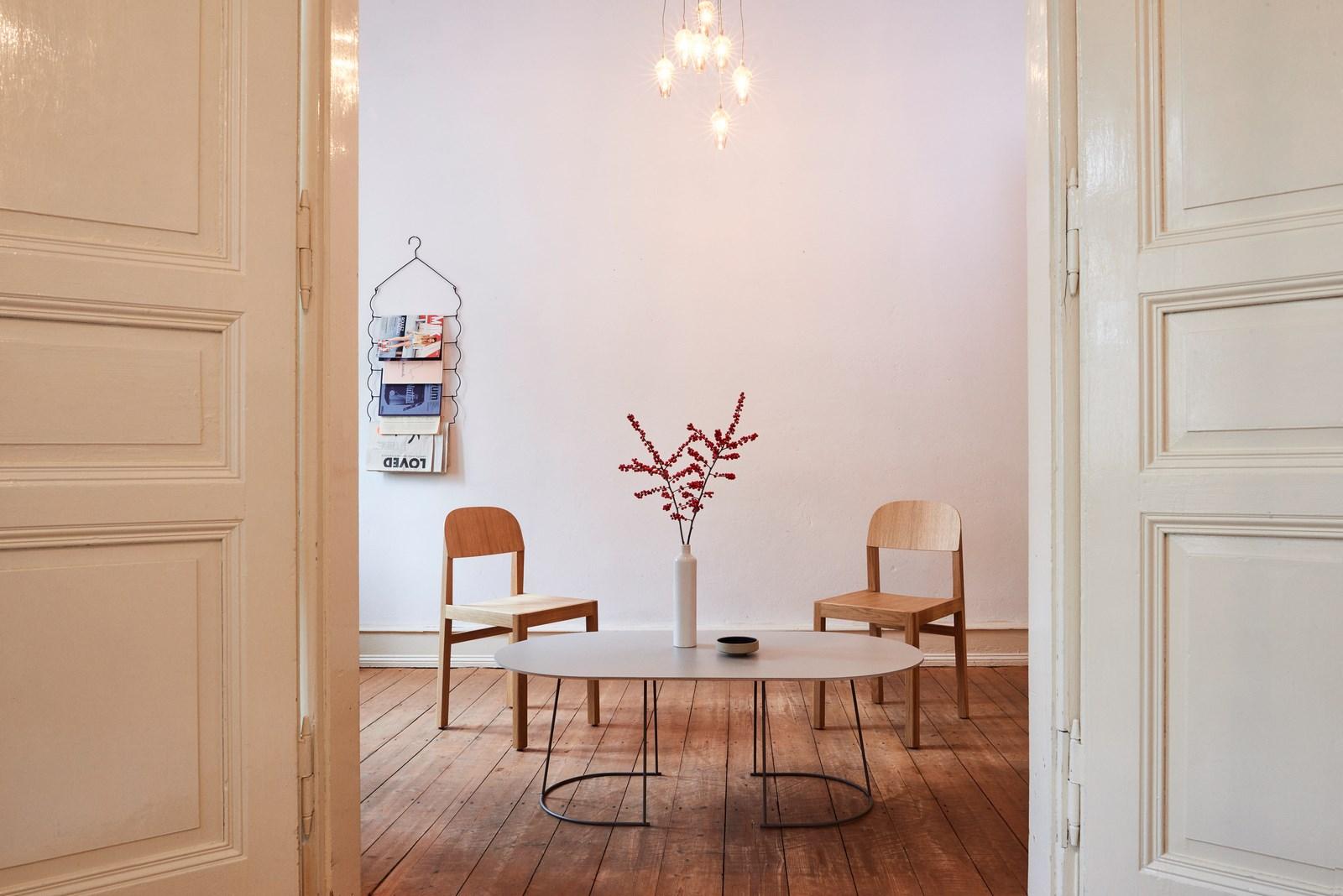 """""""Casa Perfecta"""" – con las sillas de workshop y la mesa auxiliar Airy de Muuto (diseño: Cecilie Manz) como un punto de atracción en un ambiente caracterizado por el orden y la reducción. (Foto: far.design; Koelnmesse)"""