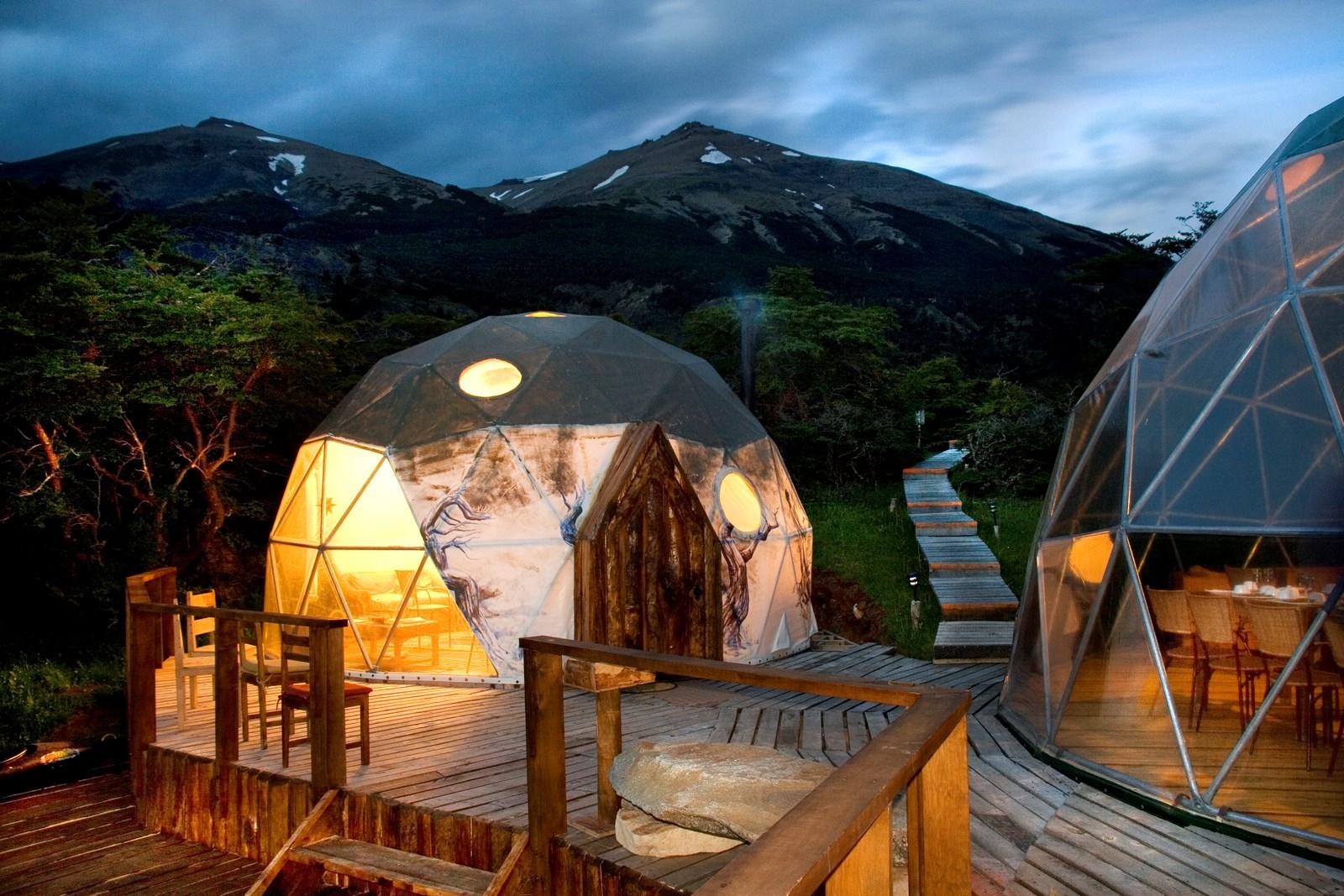 En el corazón del Parque Nacional Torres del Paine en Chile, el hotel Ecocamp Patagonia ofrece una experiencia de hospedaje en contacto con la naturaleza y atravesada por imponentes vistas y paisajes.