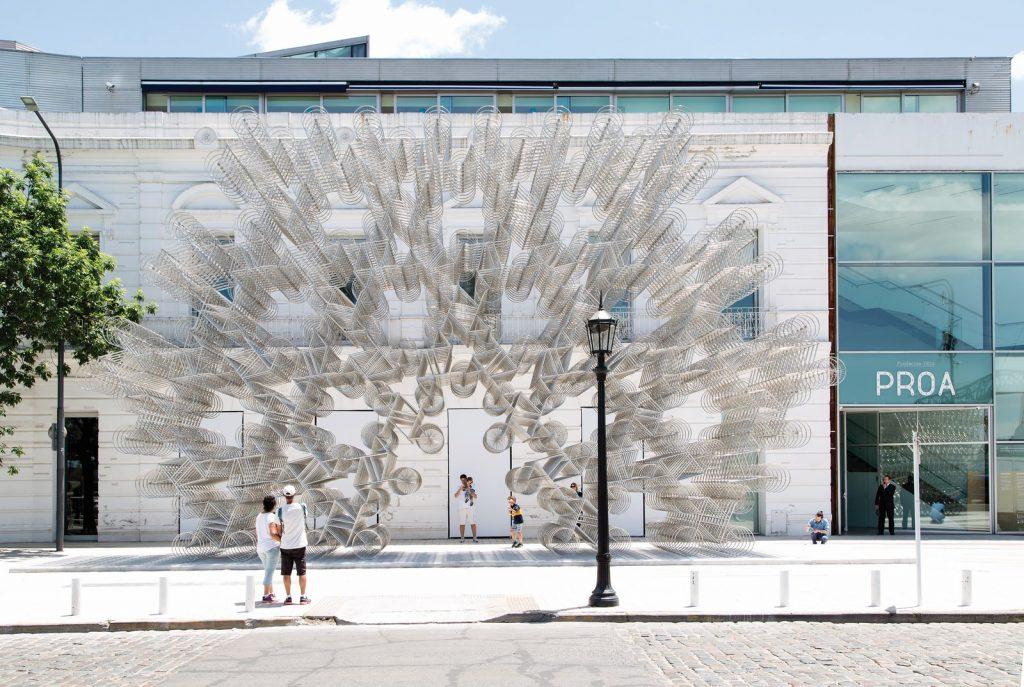"""Luego de la primera visita del artista a Sudamérica, con base en Buenos Aires, las salas de Fundación Proa alojaron """"Inoculación"""", el último grito de rebelión de Weiwei."""