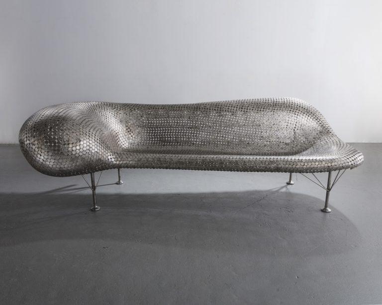 Sofá de níquel, hecho en níquel soldado y acero inoxidable. 200,7cm x 97,2cm x 76,5cm