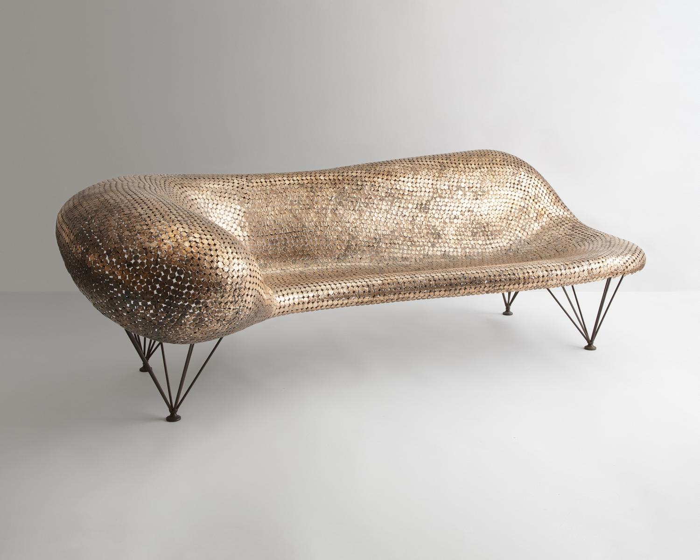 Penny Couch único en monedas sueldas y acero inoxidable. 226,1cm x 101,6cm x 78,7cm