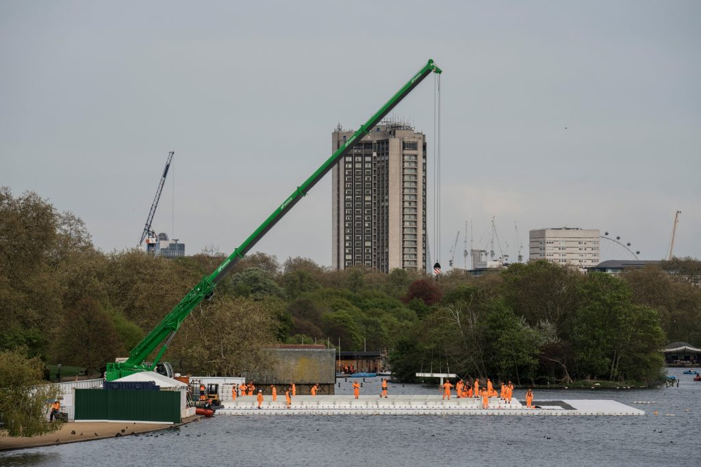The London Mastaba - On top of the floating platform, workers install the steel frame of the London Mastaba (Copiar)