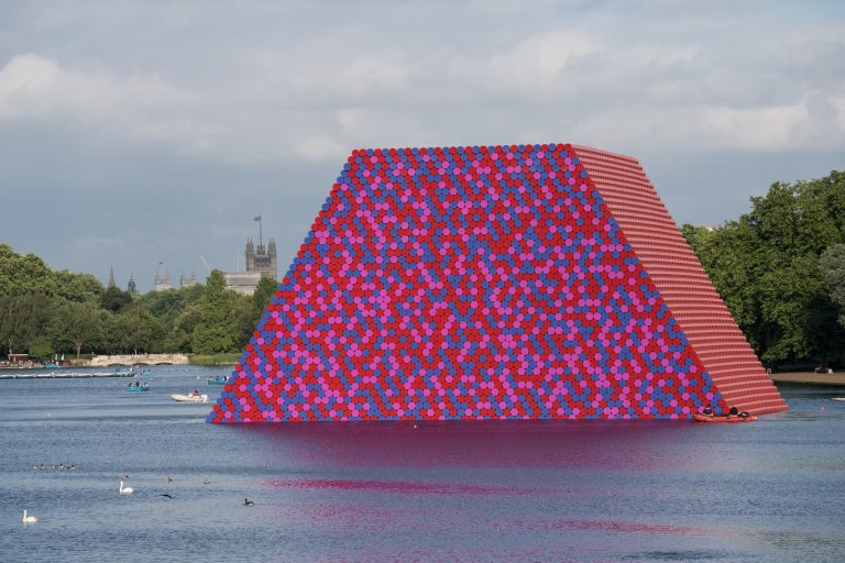 The London Mastaba - The London Mastaba, Serpentine Lake, Hyde Park, 2016-18 (Copiar)