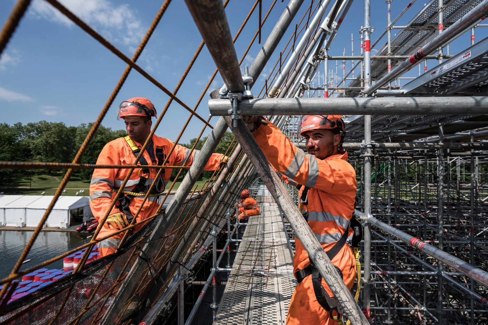 The London Mastaba - Workers building the inner frame of the London Mastaba (Copiar)