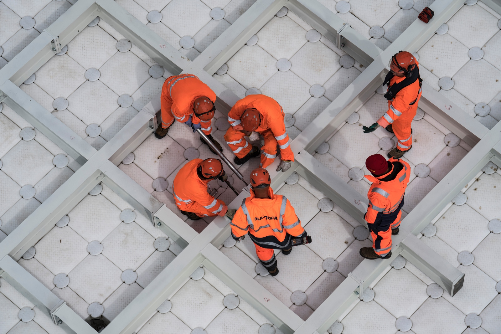 The London Mastaba - Workers screw together the sculpture's steel frame (Copiar)