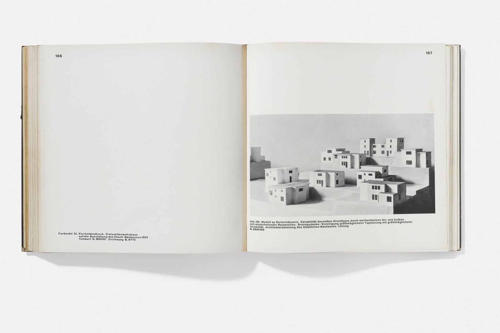 """Maquetas de autor sobre una serie de casas diseñadas por Walter Gropius. Extraído de la publicación """"Staatliches Bauhaus Weimar 1919–1923"""", 1923.  Foto: A. Körner (bildhübsche Fotografie) / Gentileza ifa"""
