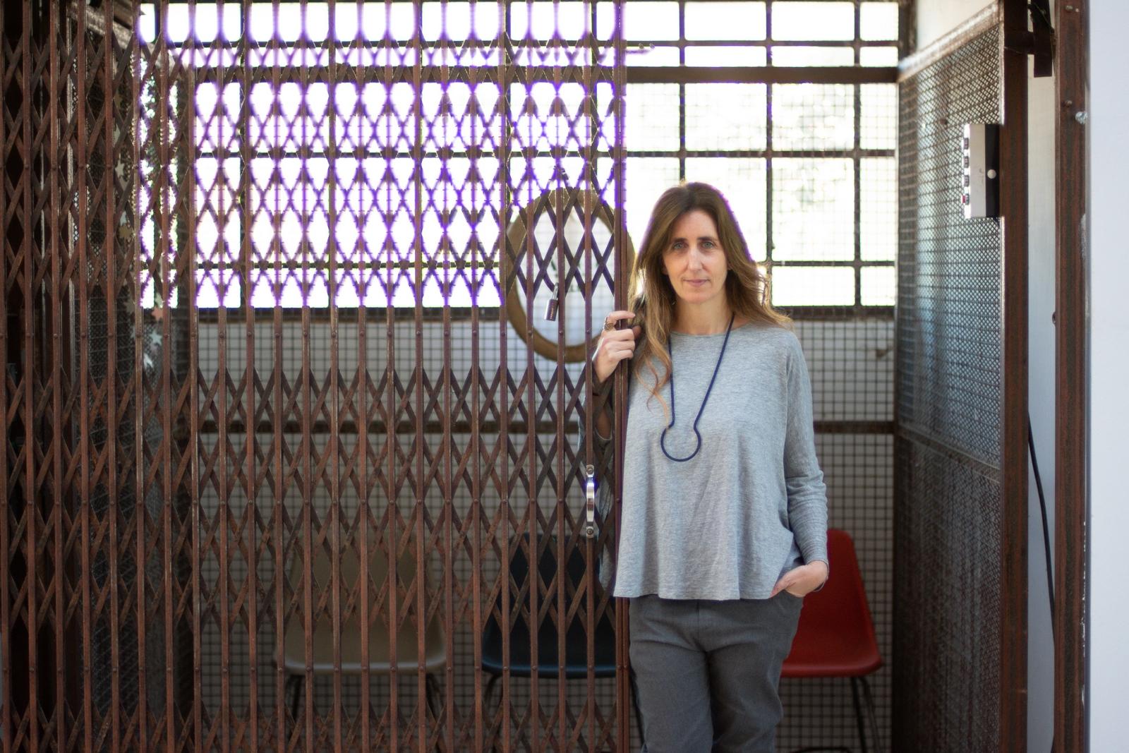 Lujan Cambariere, periodista y diseñadora que con su labor supera los límites de ambas disciplinas. Investiga el aspecto antropológico de la artesanía y del diseño, y lleva adelante diversos proyectos vinculados a la integración social.