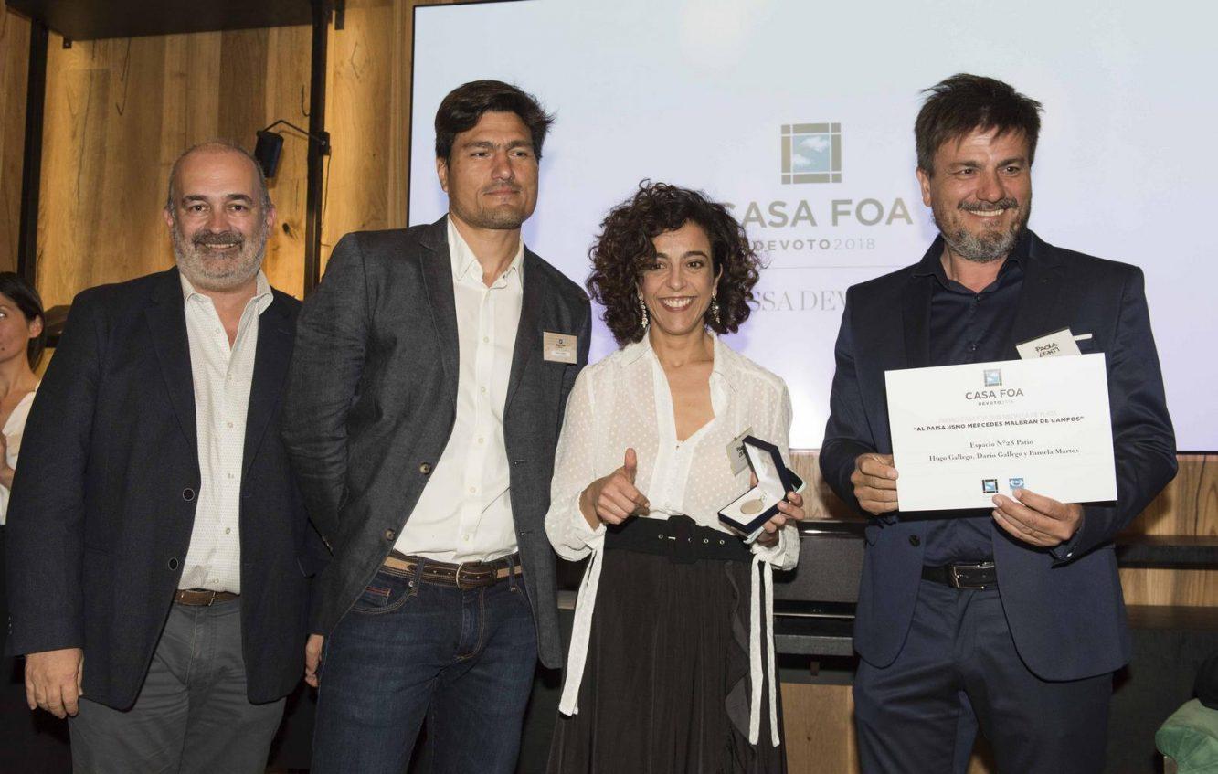 Eduardo Macchiavelli junto a los ganadores de la medalla de plata al paisajismo Hugo Gallego, Pamela Martos y Darío Gallego