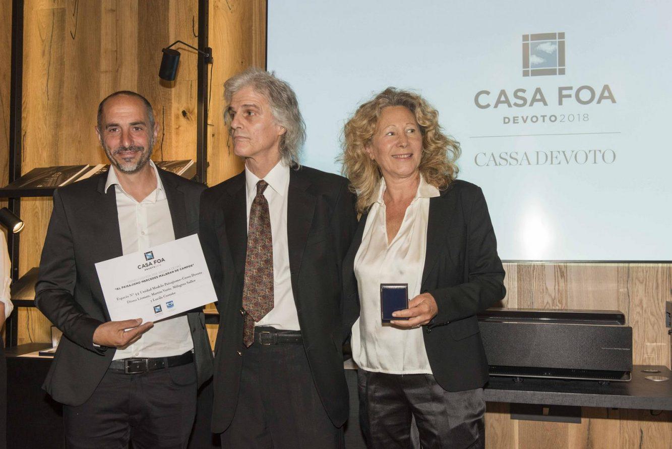 Enrique Malbran junto a los ganadores de la medalla de oro al paisajismo Martín Varia y Diana Lisman