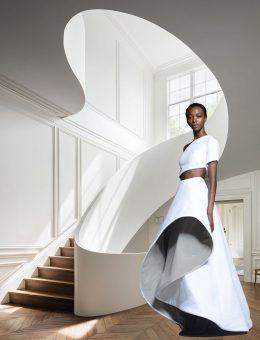 Las formas esculturales surgen del uso de las curvas en la arquitectura y la moda. Escalera interior en la residencia de Boston diseñada por la oficina de arquitectura Steven Harris Architects y la colección Rossie Assoulin Resort 2015.