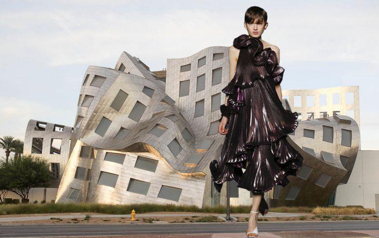 Las líneas borrosas conducen a formas extraordinarias que forman edificios y prendas de vestir, como la Clínica Cleveland Lou Ruvo Center for Brain Health Nevada, EE. UU., De Frank Gehry y la pista de aterrizaje Givenchy FW18.