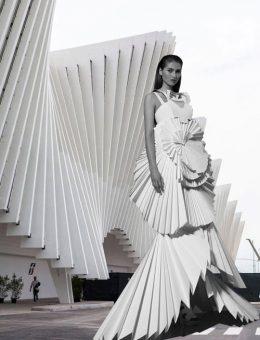 La transparencia es un elemento integral en la arquitectura y la moda. Utilizado en el mismo patrón en el edificio de oficinas de Termeh en Irán por Farshad Mehdizadeh Architects y Ahmad Bathaei, y Porter Editorial para la primavera de 2016.