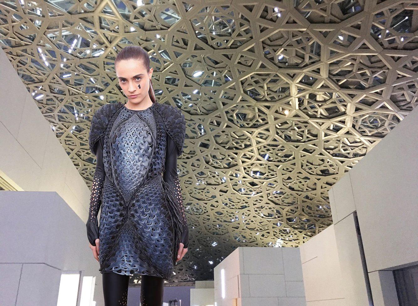A través de investigaciones de base digital, el estudio de estrategias de diseño generativo y evolutivo en moda y arquitectura es una razón para que surjan sinergias en los dos campos. La cúpula del Museo del Louvre en Abu Dhabi, Emiratos Árabes Unidos, diseñada por Jean Nouvel y el vestido en 3D Pangolin de la colección de diseñadores Threeasfour AW16 comparten el mismo patrón.