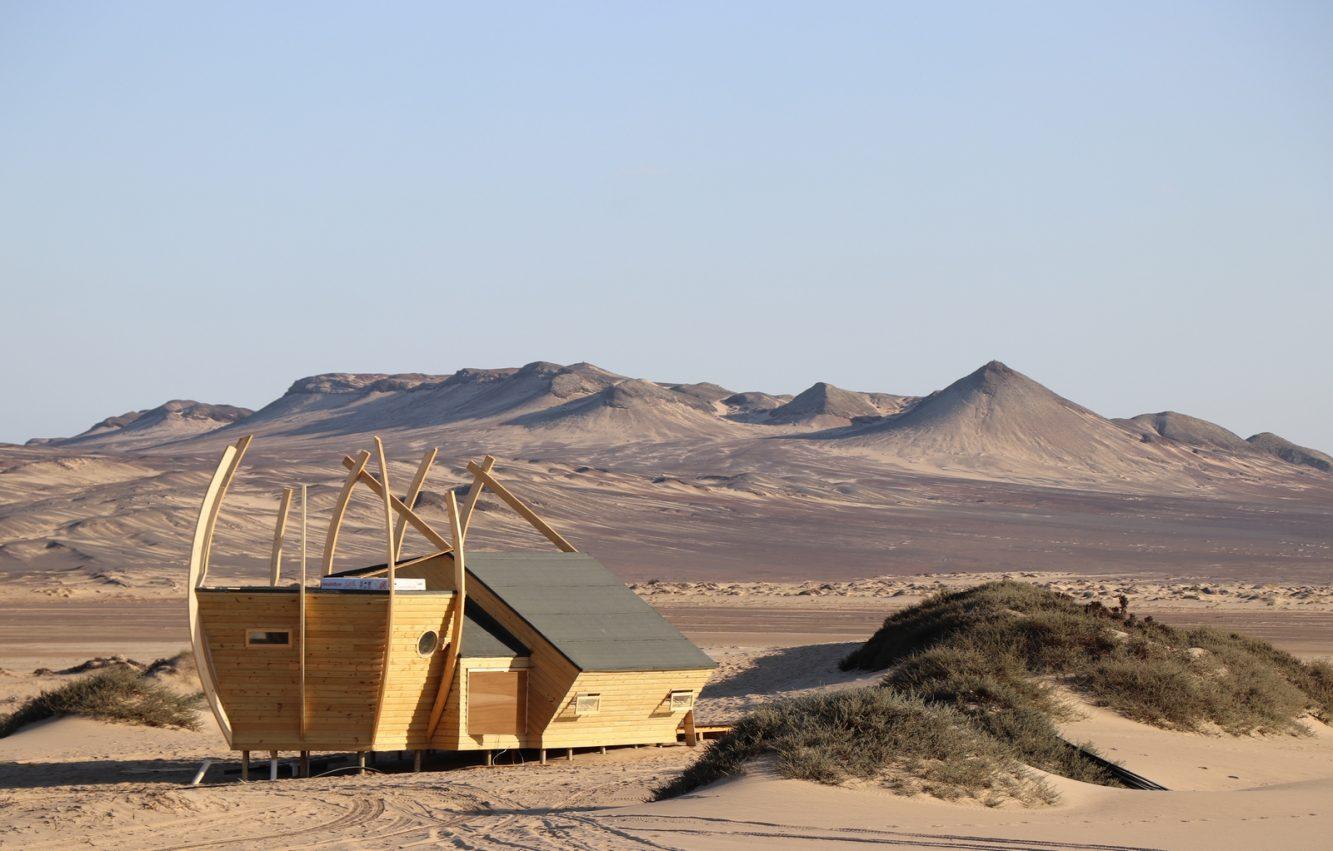 Cabin against northern hills (Copiar)