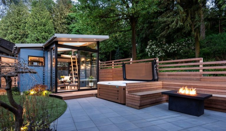 boardandvellum-backyard_reading_retreat-exterior-patio_with_hot_tub_fire_pit (Copiar)