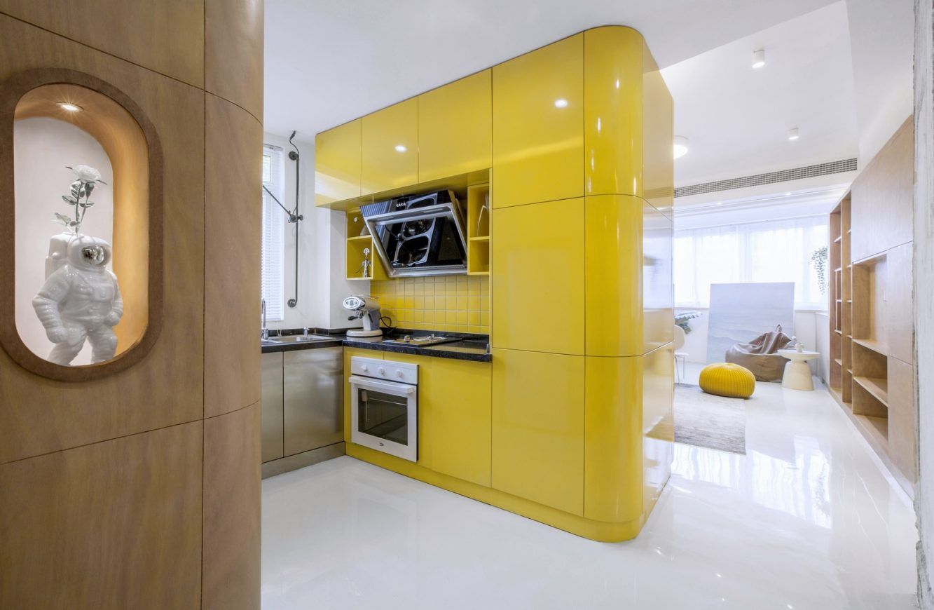 01. the yellow kitchen box together with the cabinets becomes the center of the space (Copiar)