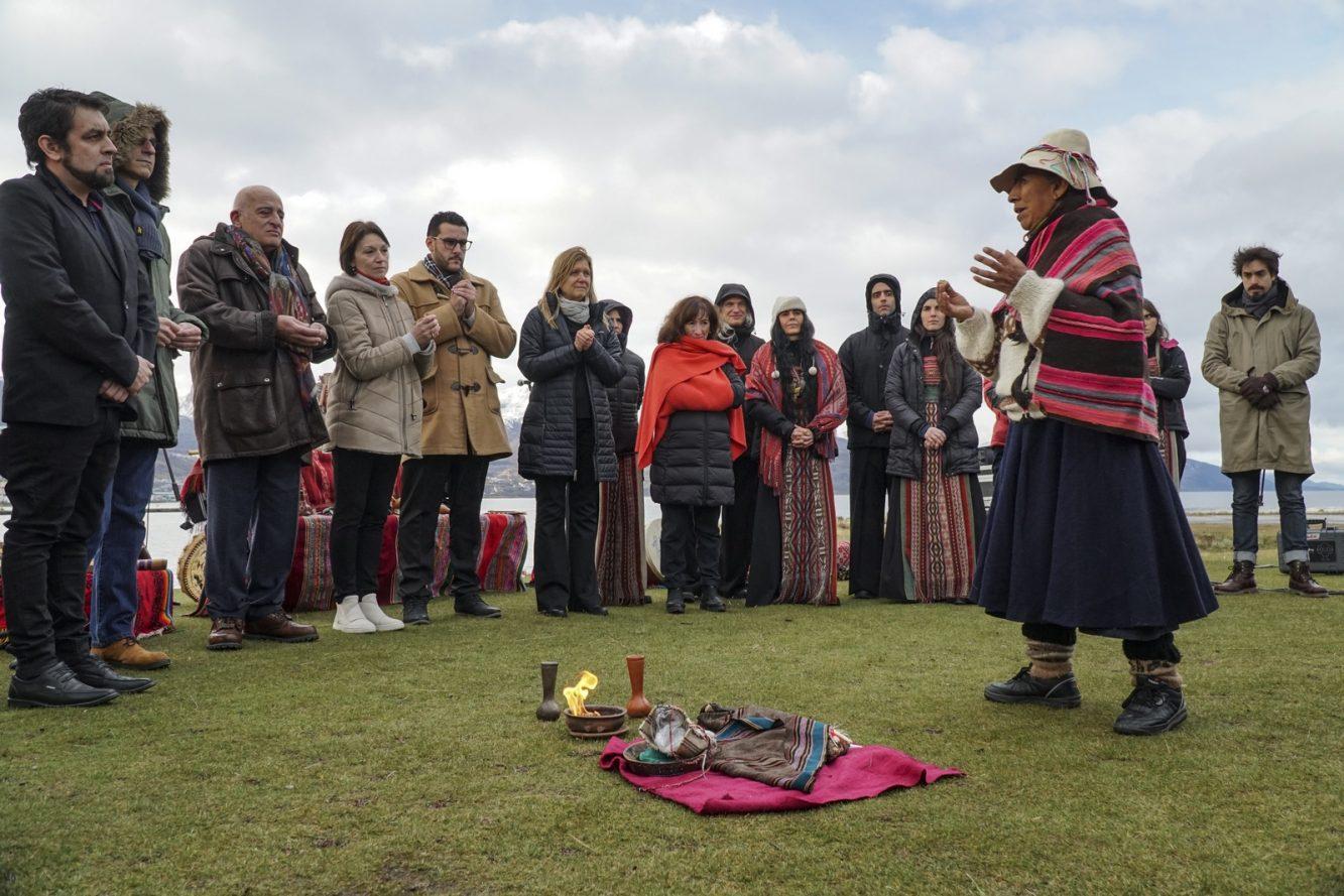 Sahumada para desearle buenos augurios a BIENALSUR a cargo de la maestra Quechua Lucía Toconas, representante de los pueblos originarios. Crédito BIENALSUR (1) (Copiar)